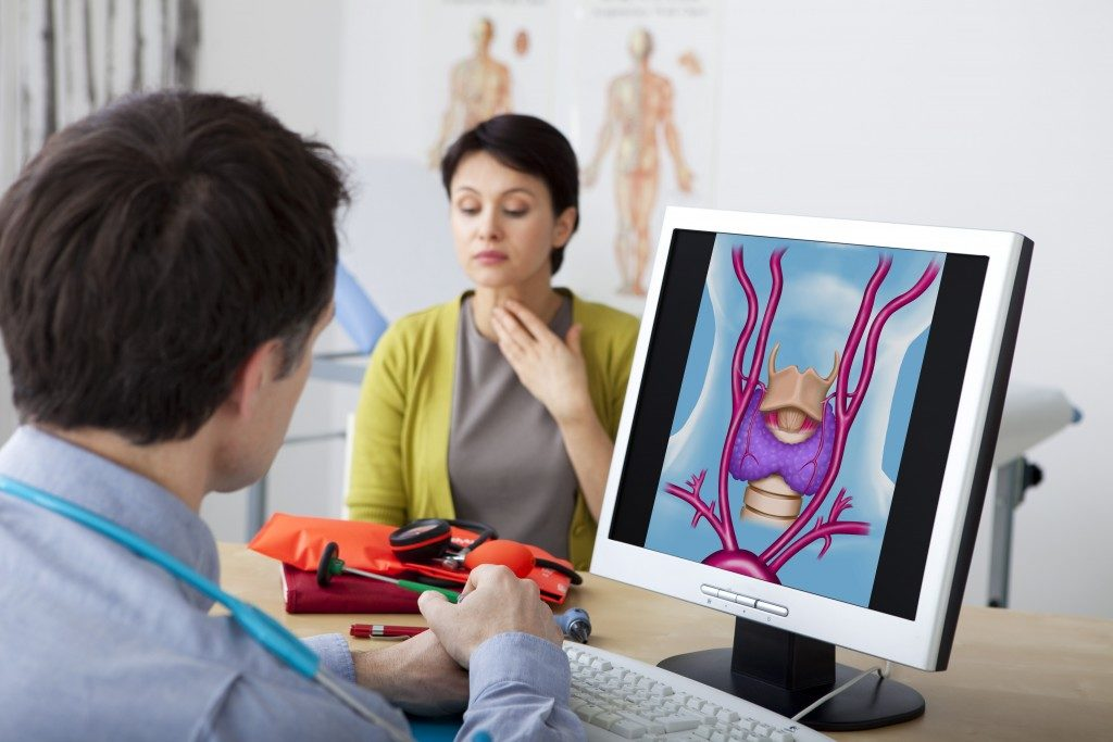 woman with thyroid consult doctor