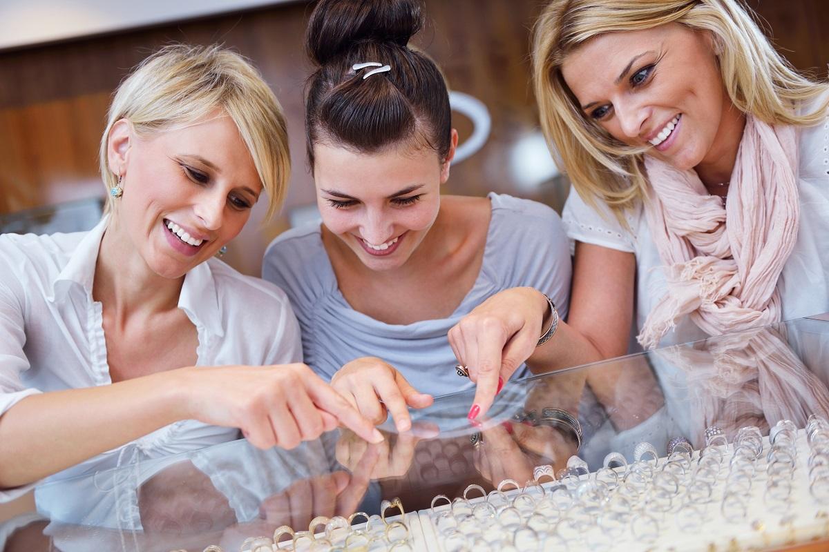 girls buying jewelries