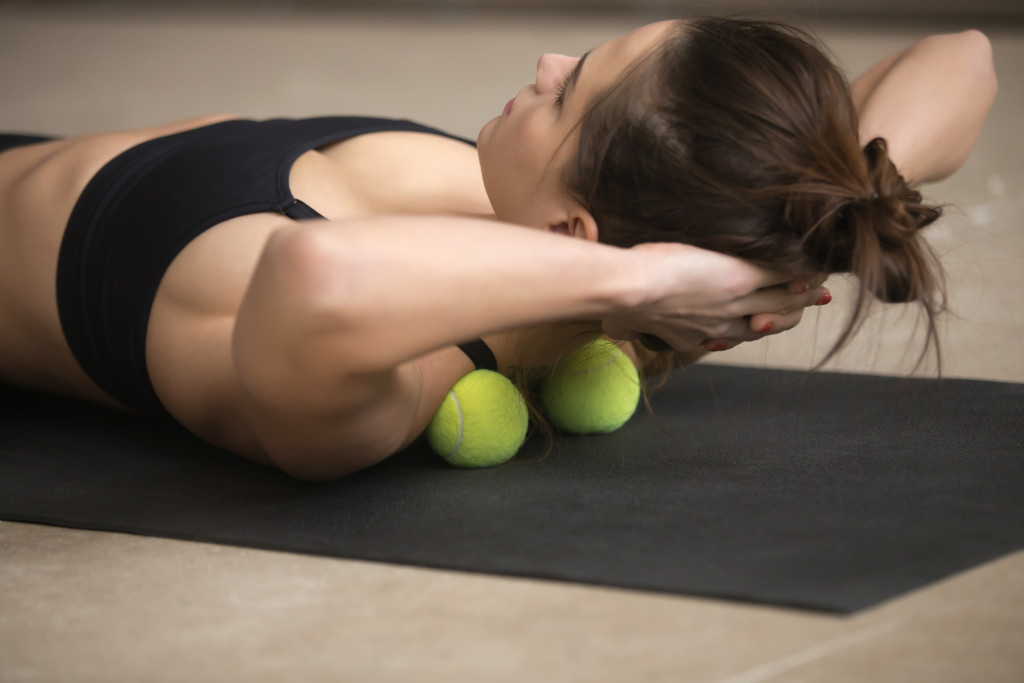 woman working out sit ups